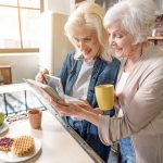 Ученые выяснили, как дружба влияет на старение мозга