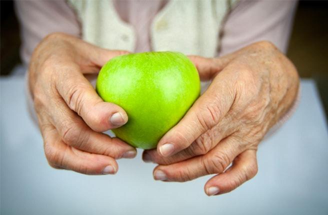 Яблоко в руках